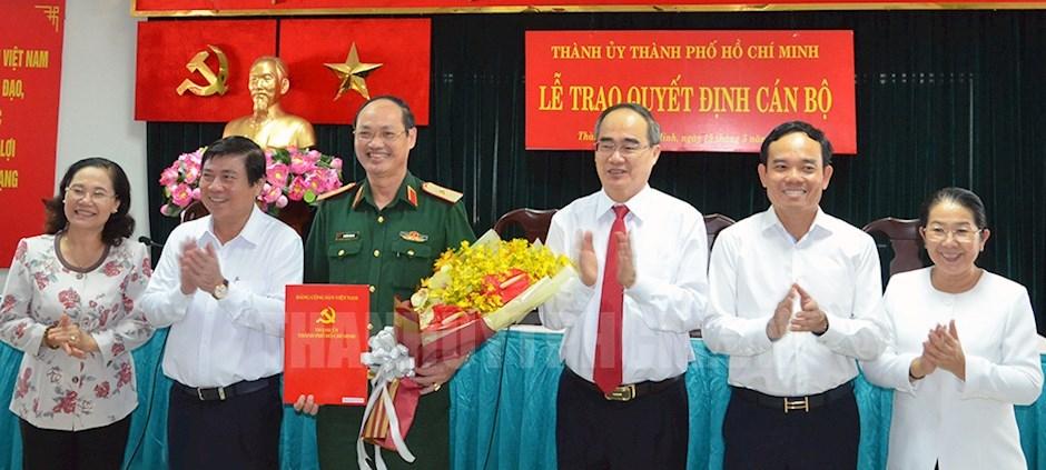 Bí thư Thành ủy TPHCM Nguyễn Thiện Nhân và các đồng chí lãnh đạo TP tặng hoa Thiếu tướng Nguyễn Văn Nam