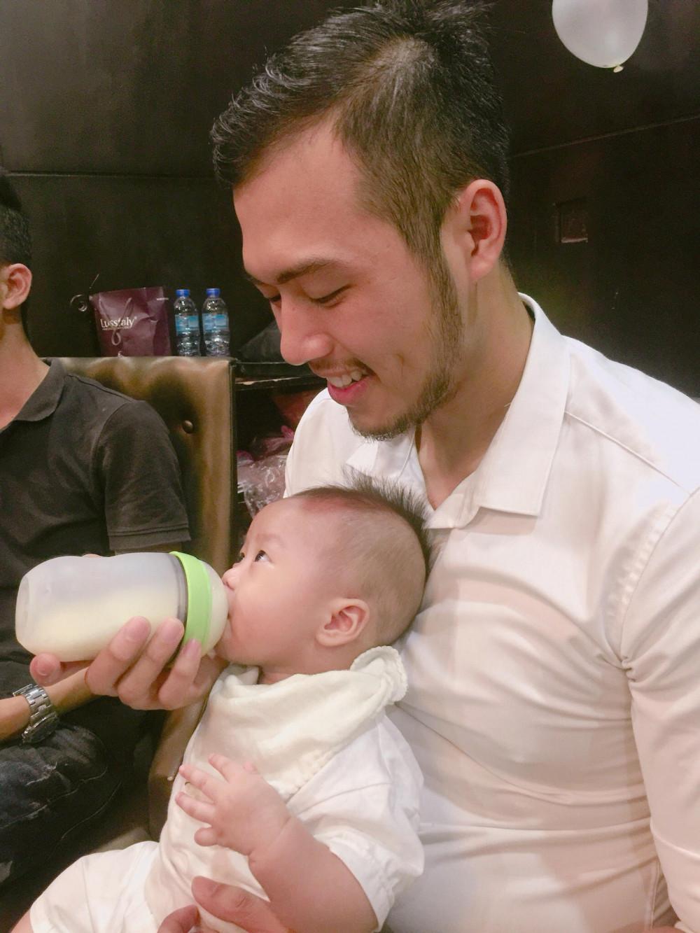 Chơi với con, cho con uống sữa, thay bỉm lã... là cách việt san sẻ vất vả cùng vợ (Ảnh nhân vật cung cấp)