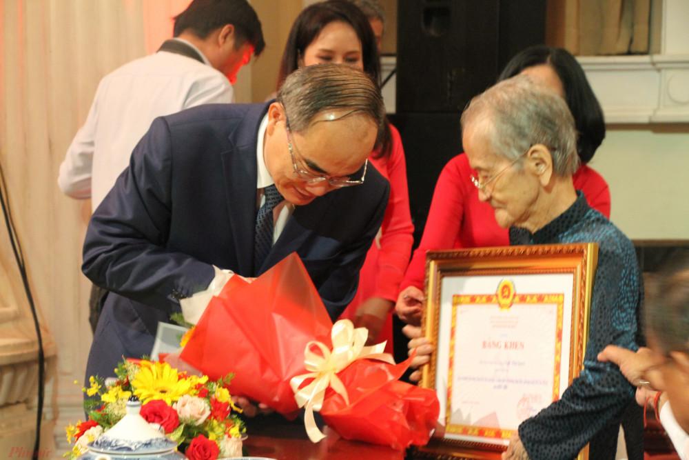 Bí Thư Thành ủy TP.HCM Nguyễn Thiện Nhân trao bằng khen cho Mẹ VNAH Ngô Thị Quýt
