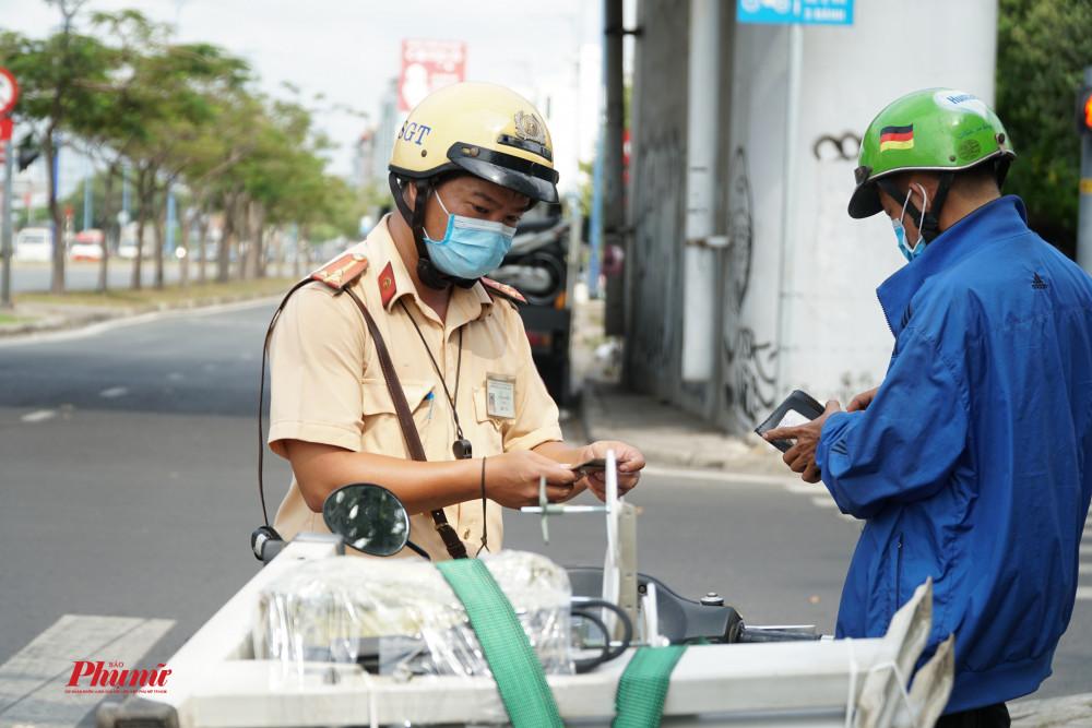 Phương tiện chở cồng kềnh được CSGT xử lý