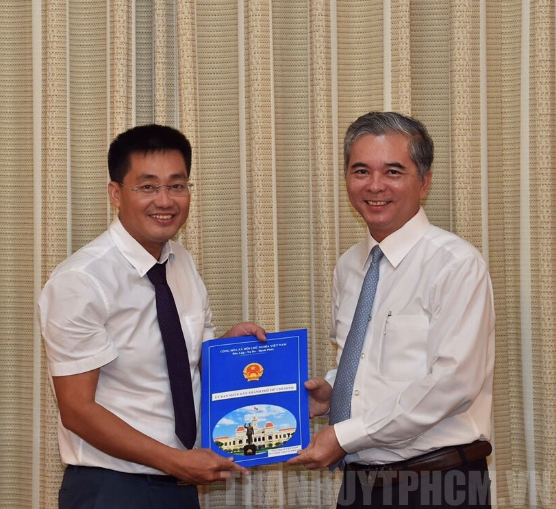 Phó Chủ tịch UBND TP Ngô Minh Châu trao quyết định bổ nhiệm đồng chí Phạm Văn Nghì