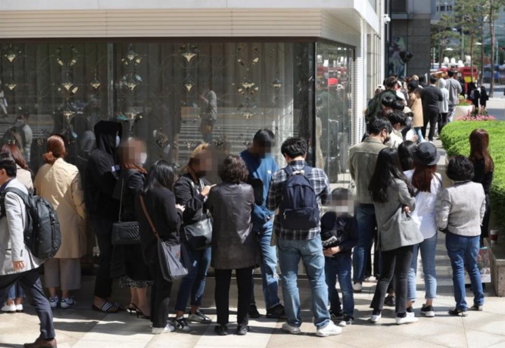 Nhiều người xếp hàng trước cửa hàng bách hóa Lotte ở Myeongdong, Seoul ngày 13/5