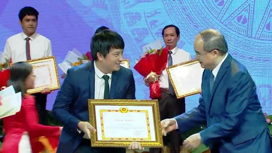 Bí thư Thành ủy Nguyễn Thiện Nhân tặng bằng khen cho chủ nhân sáng chế ra máy ATM gạo Hoàng Tuấn Anh.