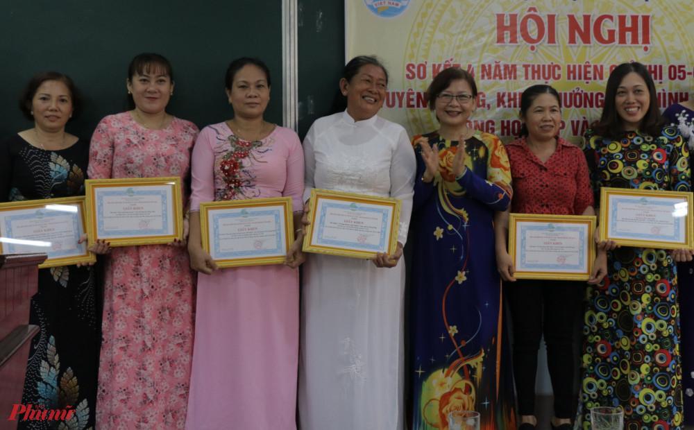 Chị Lê Thị Phương Hồ  - Chủ tịch Hội LHPN huyện Củ Chi khen thưởng các điển hình học và làm theo gương bác.