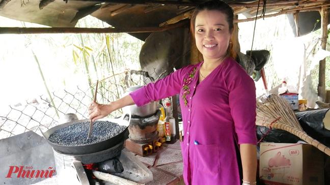 Chị Loan rang đậu đen, chuẩn bị những bình trà đậu đen mát lạnh phục vụ miễn phí cho người dân tại chợ