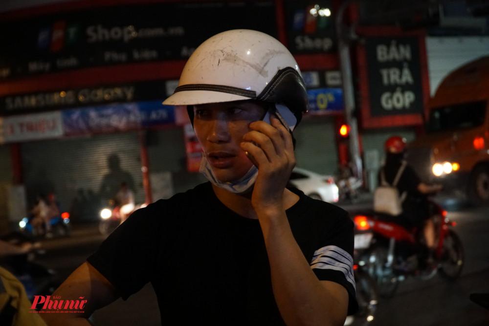 Nam thanh niên liên tục gọi điện nhờ người thân trong khi đang làm việc với lực lượng chức năng