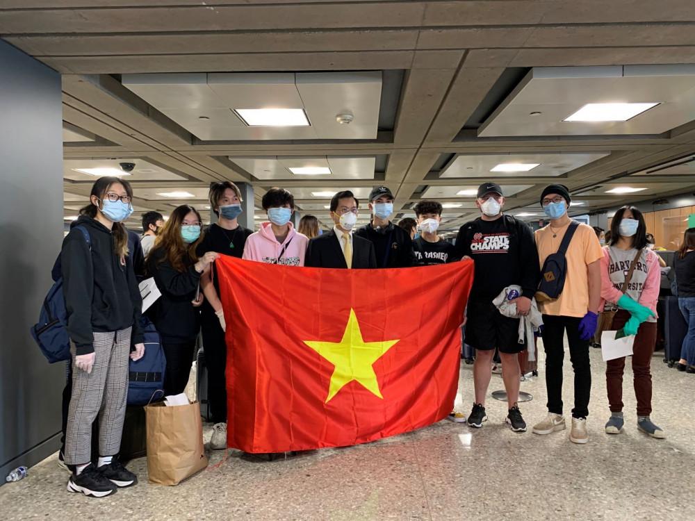 Đại sứ Hà Kim Ngọc cùng các du học sinh trở về từ Mỹ (Ảnh: Bộ Ngoại giao)