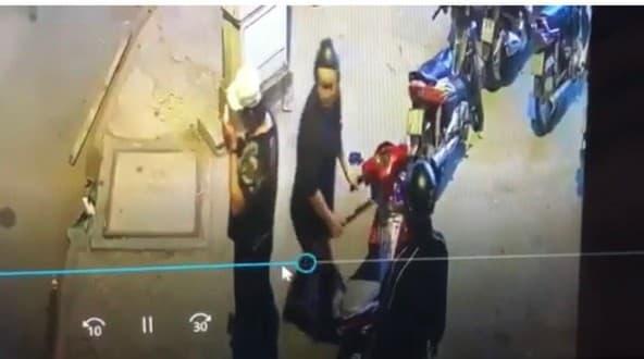 Hình ảnh nhóm giang hồ truy sát anh H. được camera ghi lại. Ảnh cắt từ clip vụ việc.