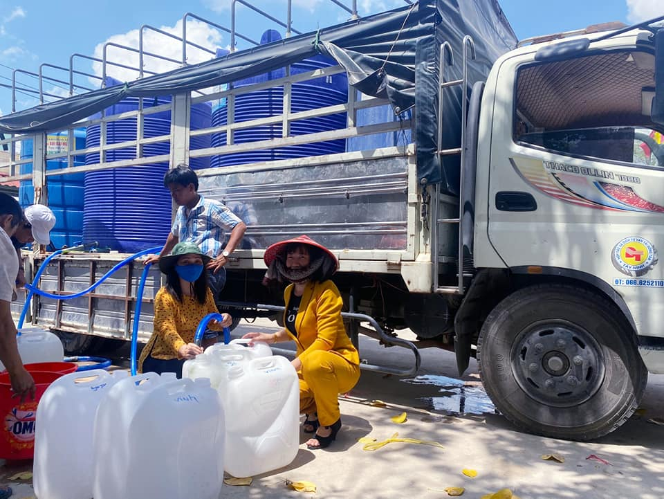 Người dân Thị xã Gò Công cùng mang bình đến lấy nước ngọt