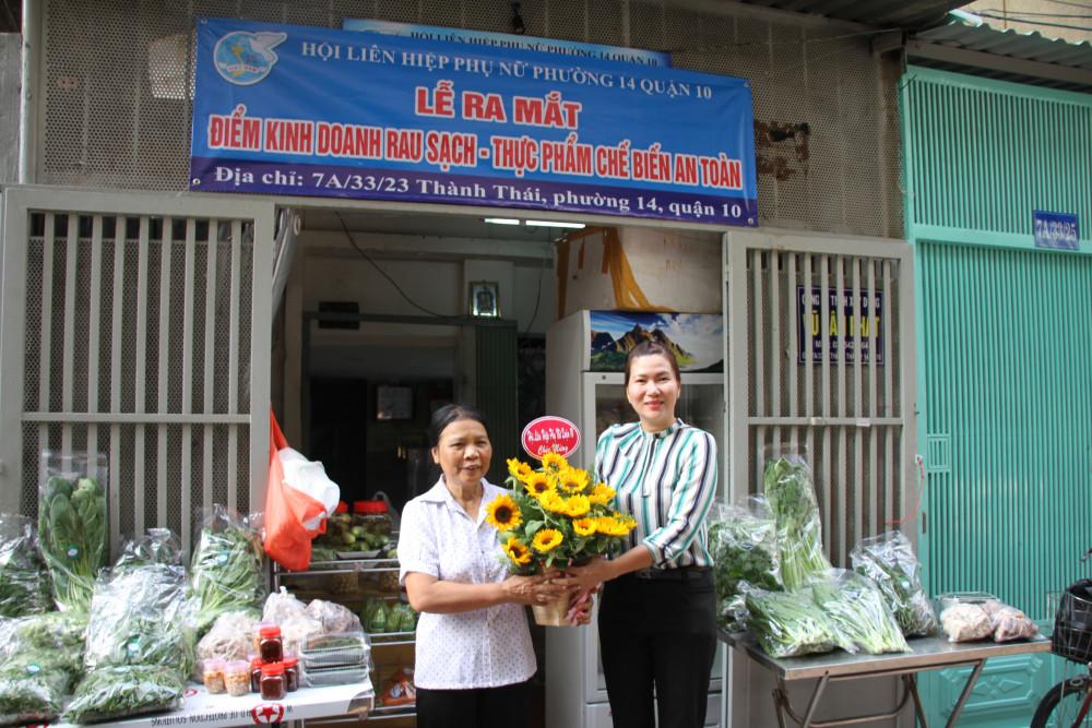 Chị Lê Thị Thu Hồng - Chủ tịch Hội LHPN quận 10, chúc mừng bà