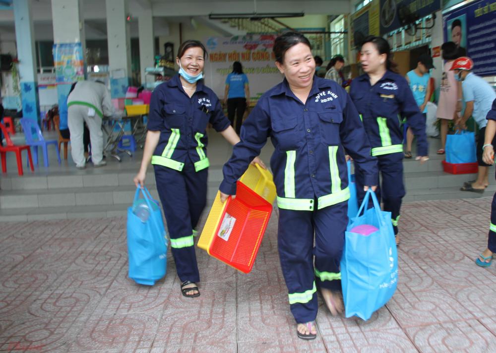 Niềm vui của các nữ công nhân nhà trọ, nữ công nhân vệ sinh công ích quận 6 khi nhận các nhu yếu phẩm từ quầy hàng 0 đồng