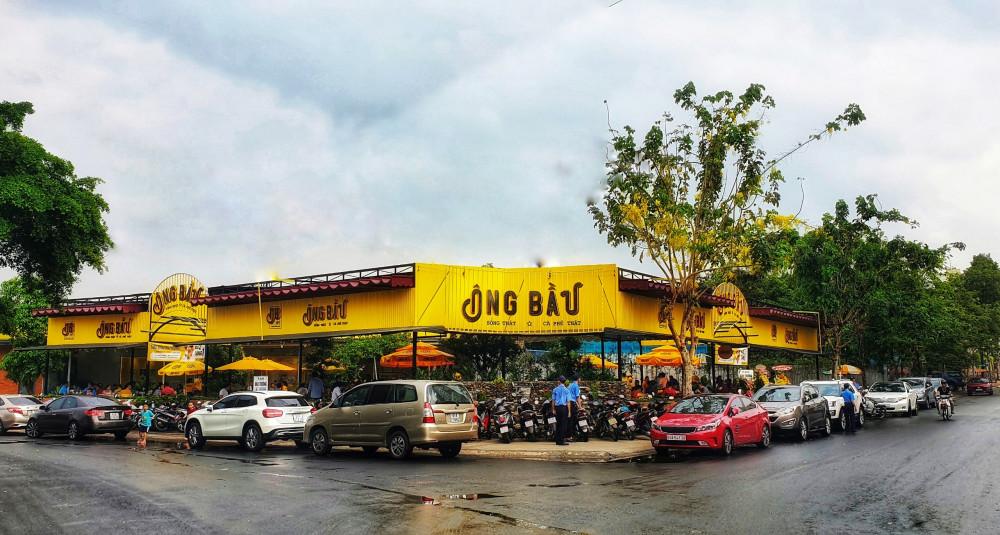 """Nằm trên """"phố cà phê"""" sầm uất, quán Ông Bầu nổi bật với màu vàng rực rỡ cùng lượng khách hàng ra vào liên tục"""