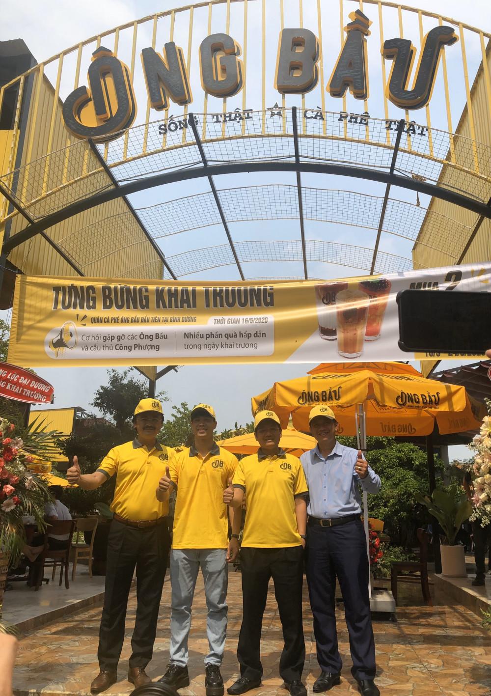 Các ông bầu và cầu thủ Công Phượng đến chung vui cùng anh Nguyễn Ngọc Sang nhân ngày khai trương quán Ông Bầu Bình Dương. Ảnh: Cà phê Ông Bầu cung cấp