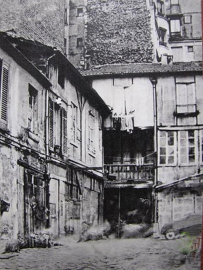 Ngôi nhà số 9 ngõ Compoint nằm trong khu lao động nghèo, nơi Bác sinh sống và làm việc suốt nhiều năm.