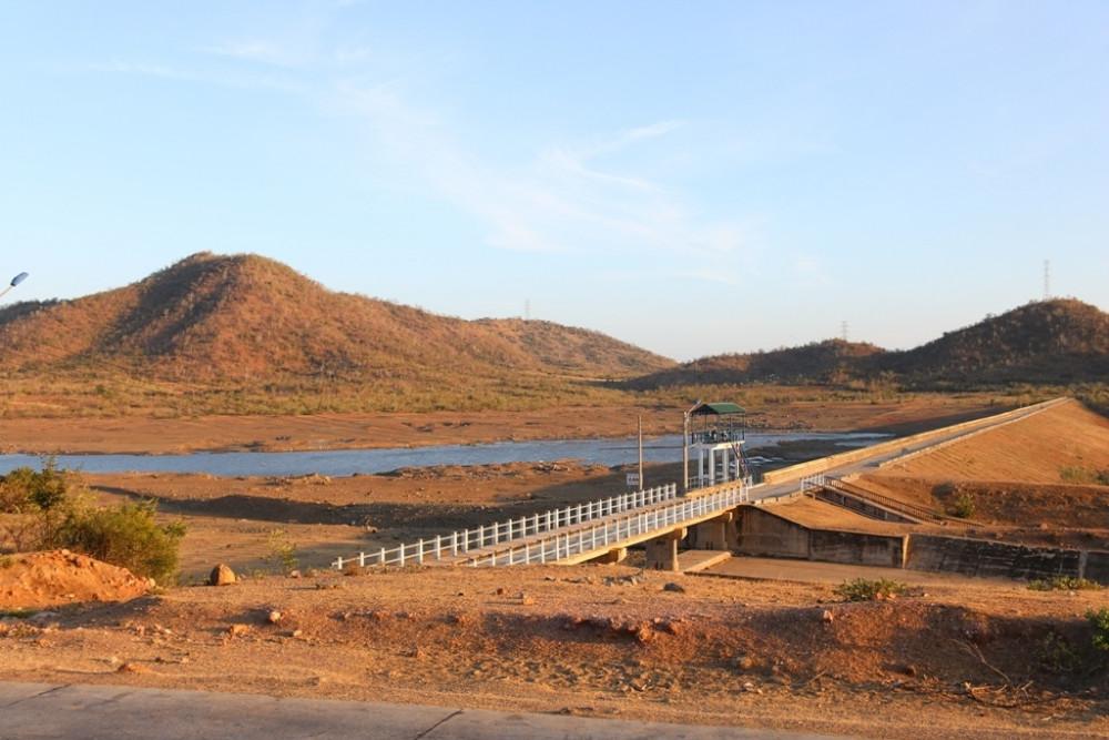 Nhiều hồ nước đã cạn đáy - Ảnh: Báo Giao Thông