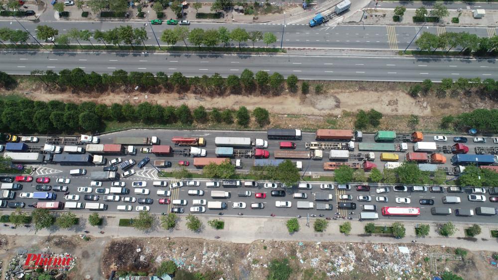 Tình trạng kẹt xe chỉ xảy ra một làn đường hướng từ Vòng xoáy Cát Lái về ngã ba An Phú