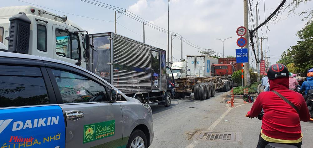 Các xe hàng vào cảng nhiều vào dịp cuối tuần, đây cũng là thời điểm người dân TPHCm đi du lịch các tỉnh làn cận thành phố, nhất là Bà Rịa - Vũng Tàu
