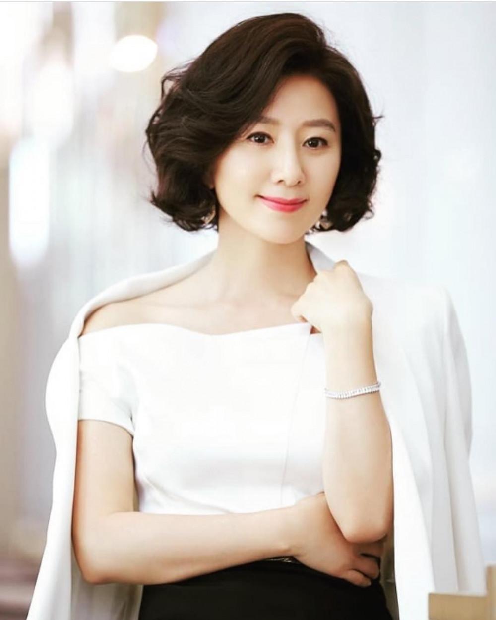 Bước sang tuổi 53 nhưng sắc vóc mảnh mai, nhan sắc vượt thời gian của Kim Hee Ae vẫn nhận được nhiều lời ngợi khen từ khán giả.