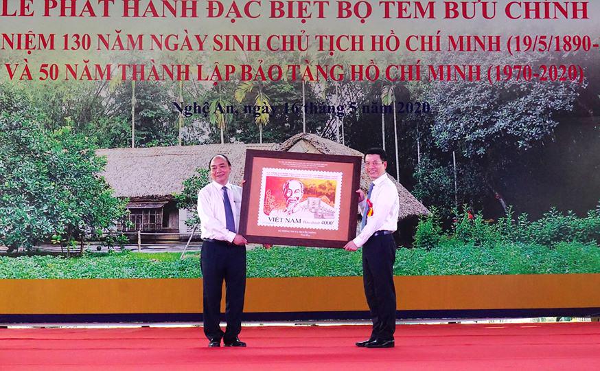 Bộ trưởng Bộ Thông tin và truyền thông Nguyễn Mạnh Hùng tặng Thủ tướng Nguyễn Xuân Phúc bức tranh tem kỷ niệm 130 năm ngày sinh Chủ tịch Hồ Chí Minh