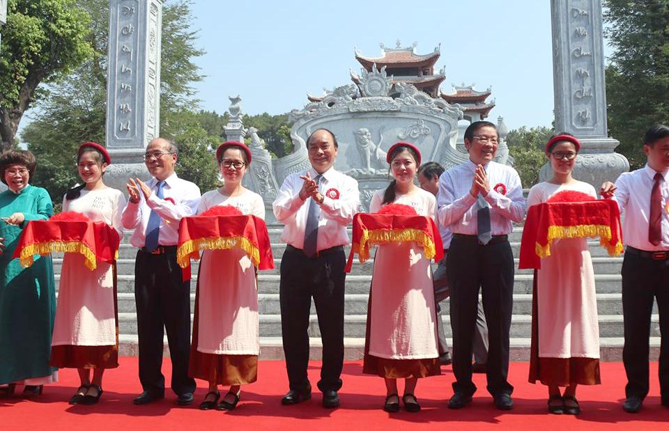 Thủ tướng Nguyễn Xuân Phúc và các đại biểu cắt băng khánh thành đền Chung Sơn