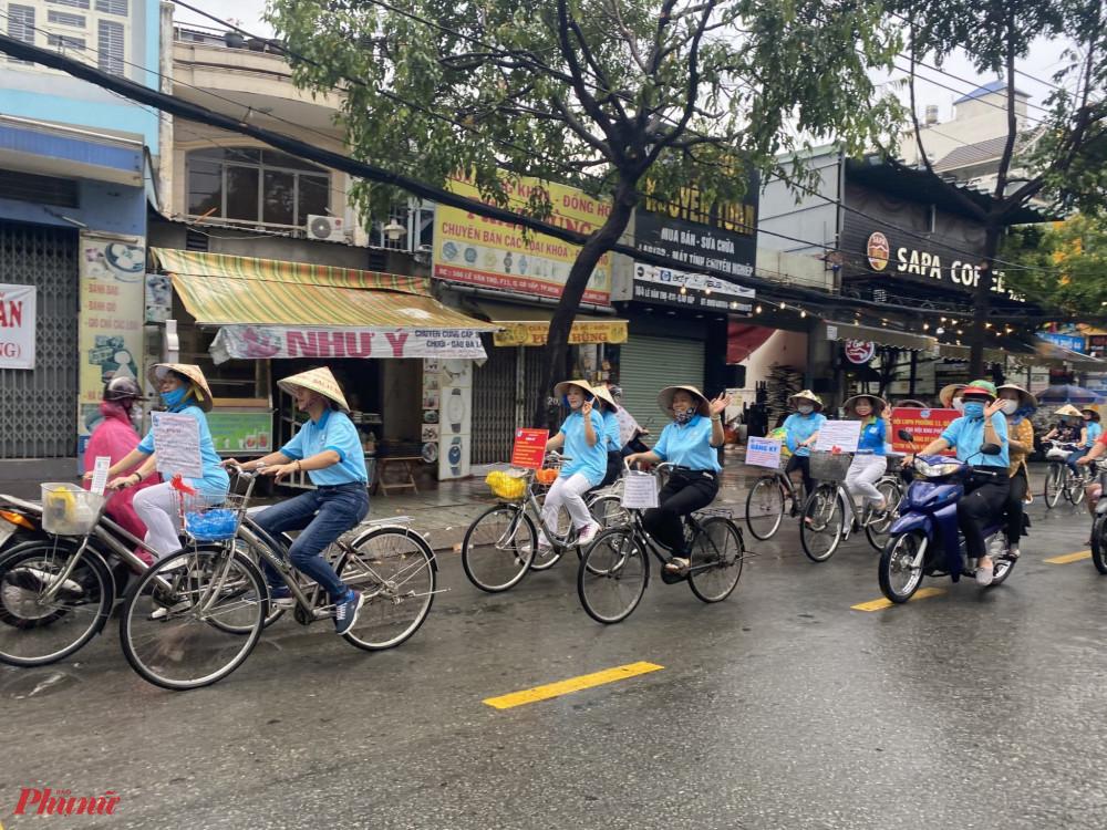 Hội viên phụ nữ tham gia diễu hành xe đạp tuyên truyền người dân tham gia bảo vệ môi trường.