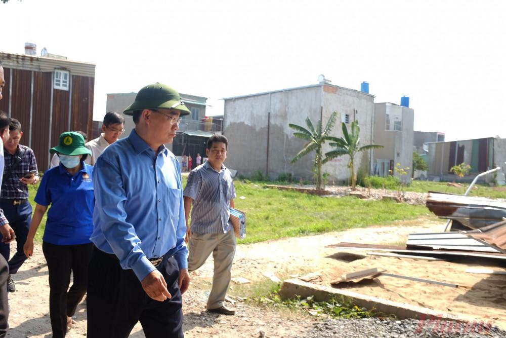 Bí thư Nhân kiểm tra khu vực có nhiều nhà xây dựng không phép tại xã Vĩnh Lộc A.