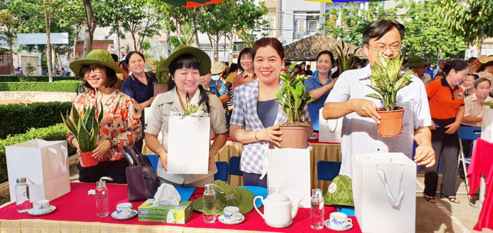 Bà Nguyễn Trần Phượng Trân tham gia trồng cây tại  Q.Gò Vấp và kêu gọi toàn thể hội viên phụ nữ các  quận huyện tham gia trồng cây