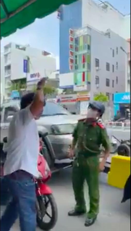 Người đàn ông xưng là nhà báo lăng mạ công an giữa trung tâm Sài Gòn - Ảnh cắt clip