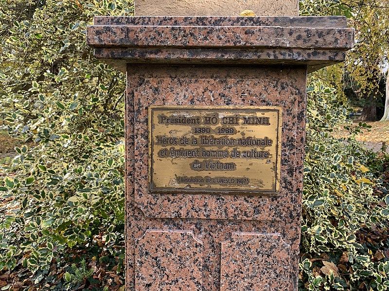 Tấm biển ghi nhận hình ảnh anh hùng, danh nhân văn hóa của Chủ tịch Hồ Chí Minh tại Không gian Hồ Chí Minh thuộc bảo tàng Lịch sử đương đại ở thành phố Montreuil .