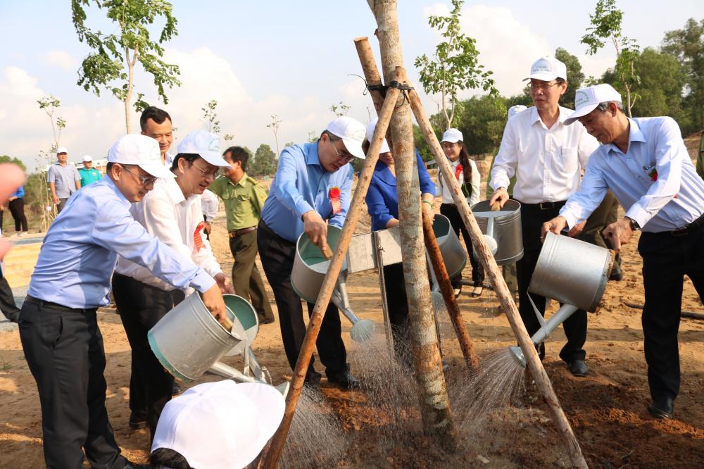 Lãnh đạo thành phố cùng trồng cây trong khuôn viên Trường Đại học Kinh tế - Luật.