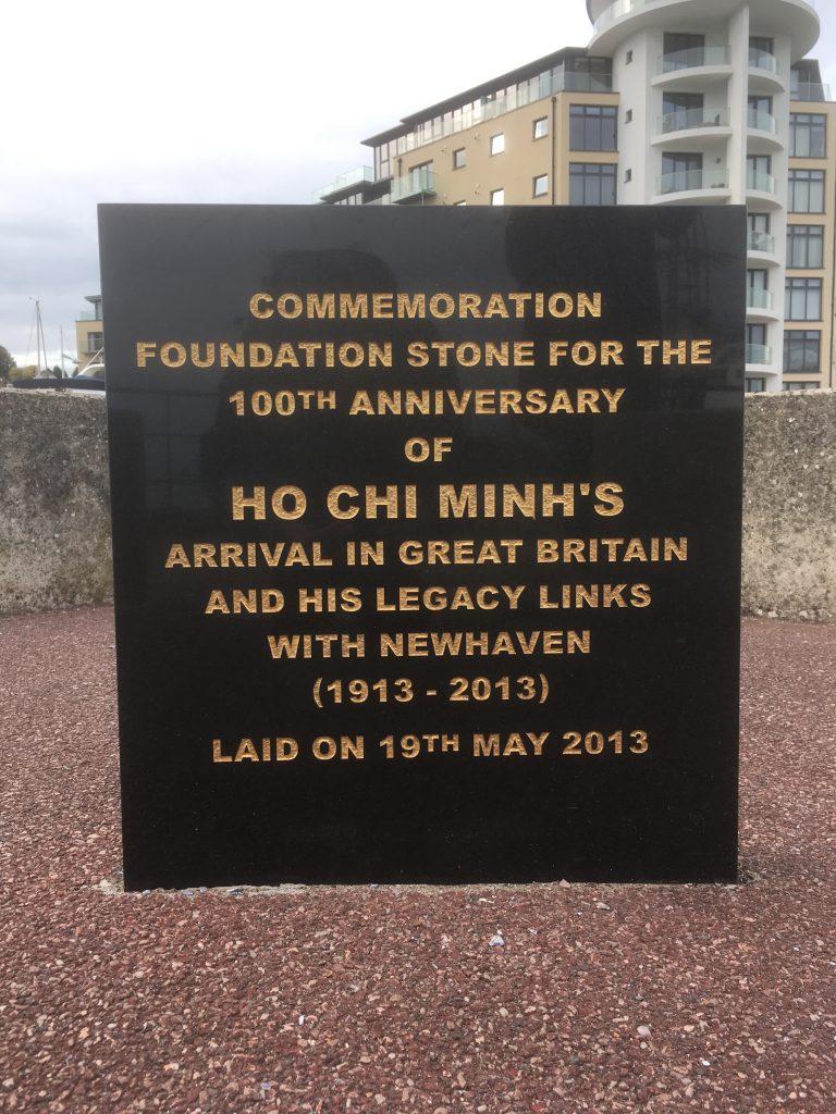 Tấm bia tưởng niệm ghi dấu hình ảnh của Bác tại cảng Newhaven, Anh.