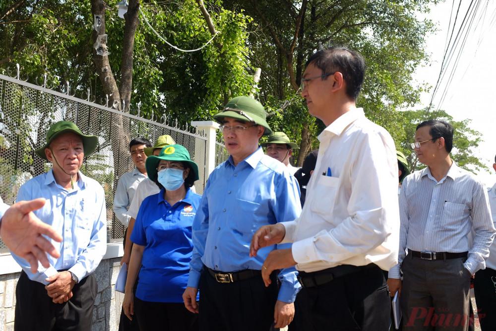 Bí thư Nguyễn Thiện Nhân trao đổi với Chủ tịch UBND xã Vĩnh Lộc A ( bên phải) và Bí thư huyện Bình Chánh ( bìa trái)