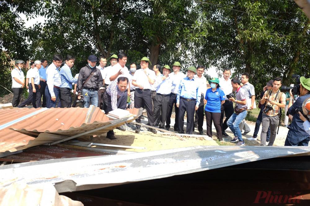 Bí thư Nguyễn Thiện Nhân ( người ở giữa đội mũ cối) kiểm tra một căn nhà không phép vừa bị cường chế tháo dỡ tại xã Vĩnh Lộc A