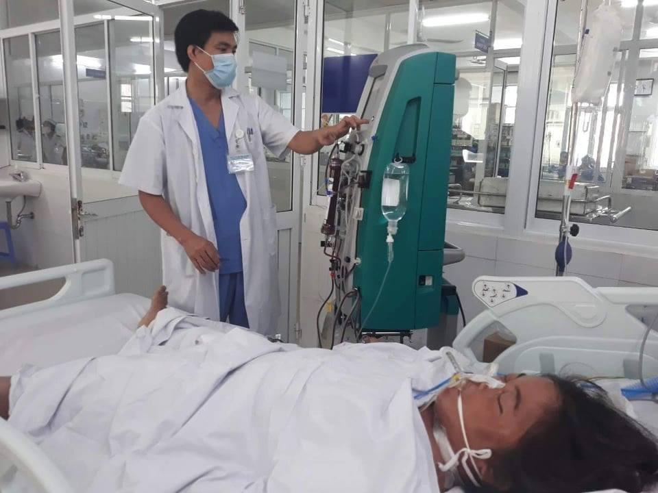 Một người dân bị ngộ độc triệu chứng nặng được hỗ trợ thở máy