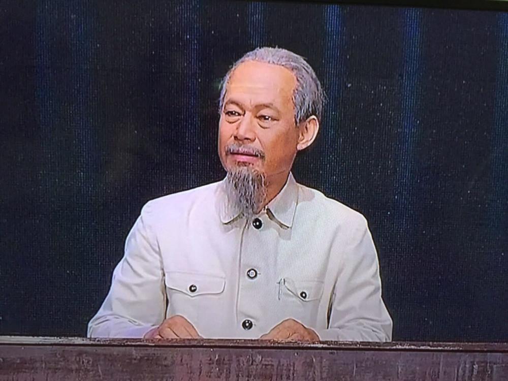 Nghệ sĩ Tiến Hợi hoá thân thành Bác Hồ trên sân khấu