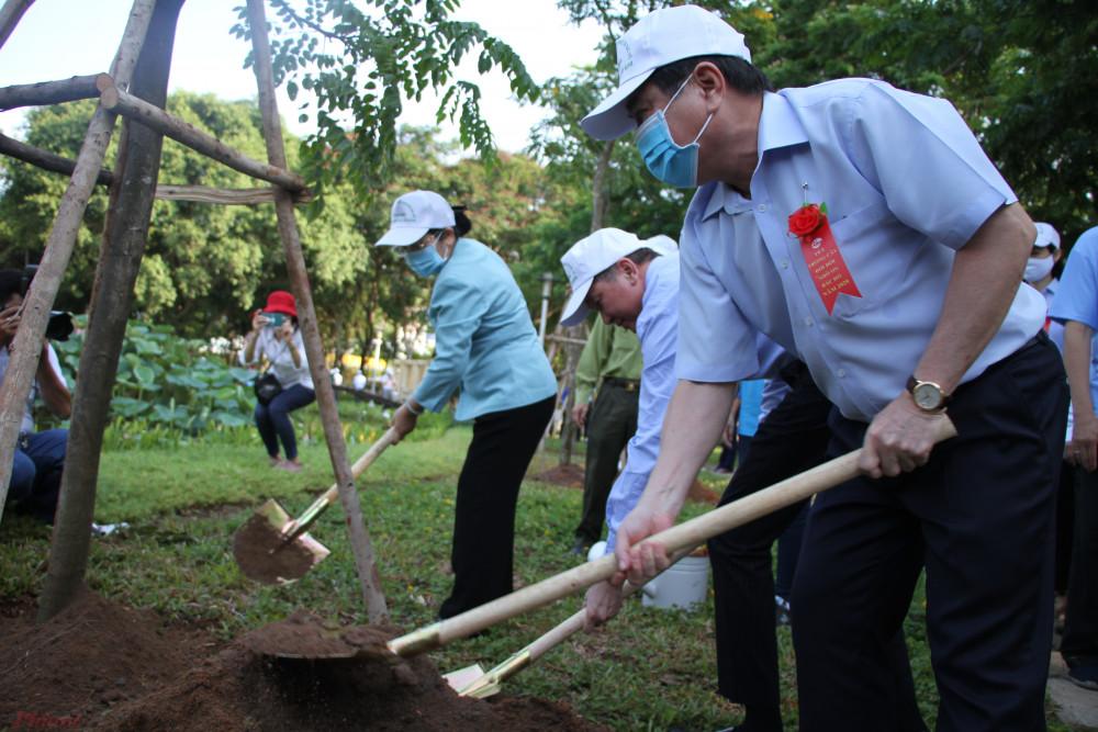 Chủ tịch UBND TPHCM Nguyễn Thành Phong, Phó Bí thư Thành ủy TPHCM Võ Thị Dung, Phó Chủ tịch UBND TPHCM Trần Vĩnh Tuyến trồng cây tại lễ phát động