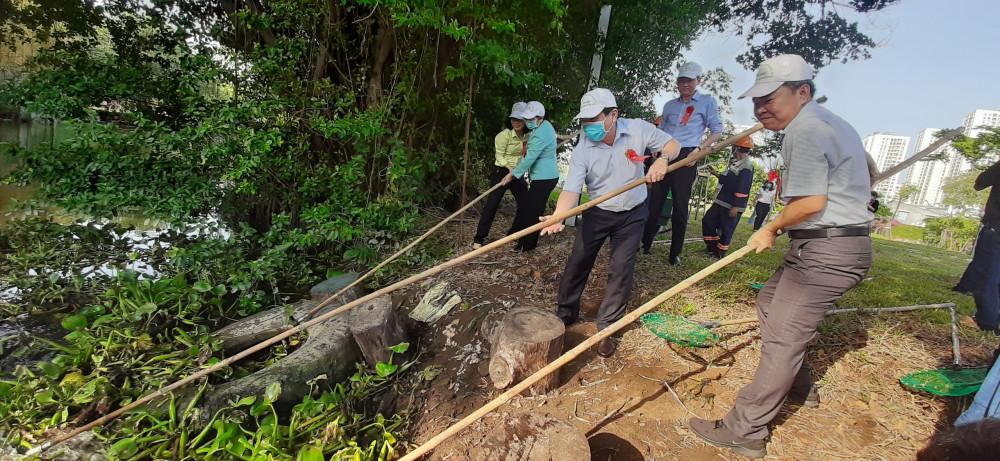 Lãnh đạo TP tham gia vớt lục bình, khơi thông kênh rạch ở quận 4.