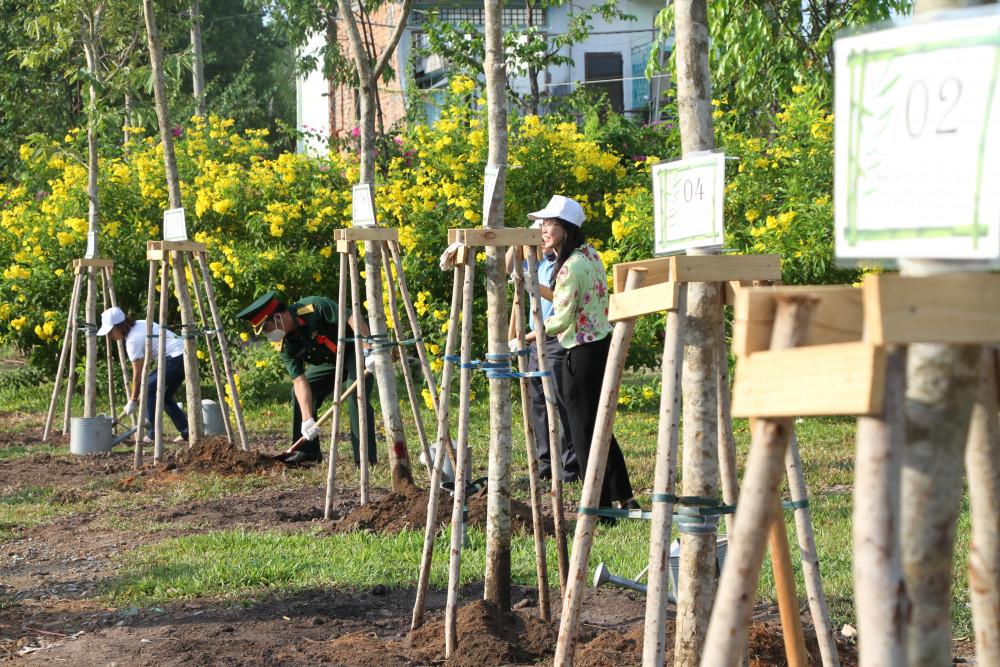 Người dân tham gia trồng cây xanh tại công viên Khánh Hội