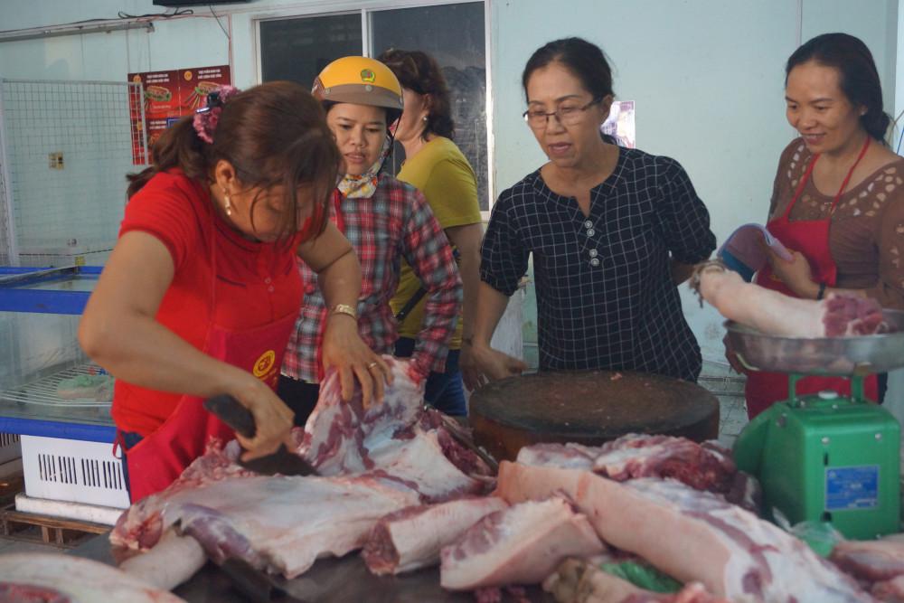 Cách điều hành giá thịt heo hiện nay của Bộ Nông nghiệp, Bộ Công thương không làm giá thịt hạ mà còn nảy sinh thêm khá nhiều vấn đề