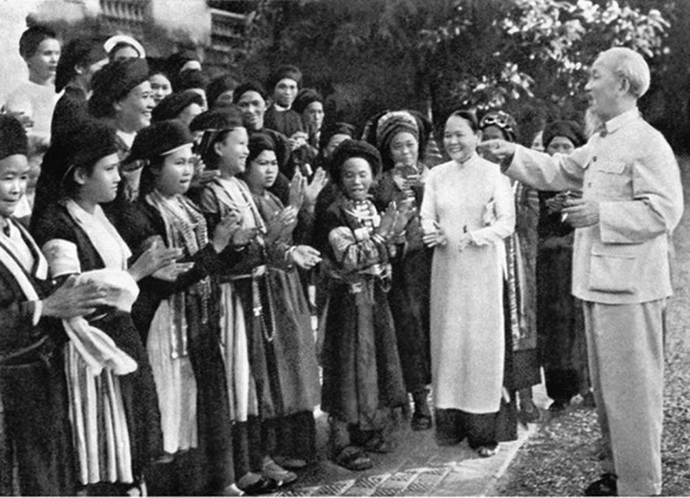 Bác Hồ nói chuyện với đồng bào các dân tộc Việt Nam