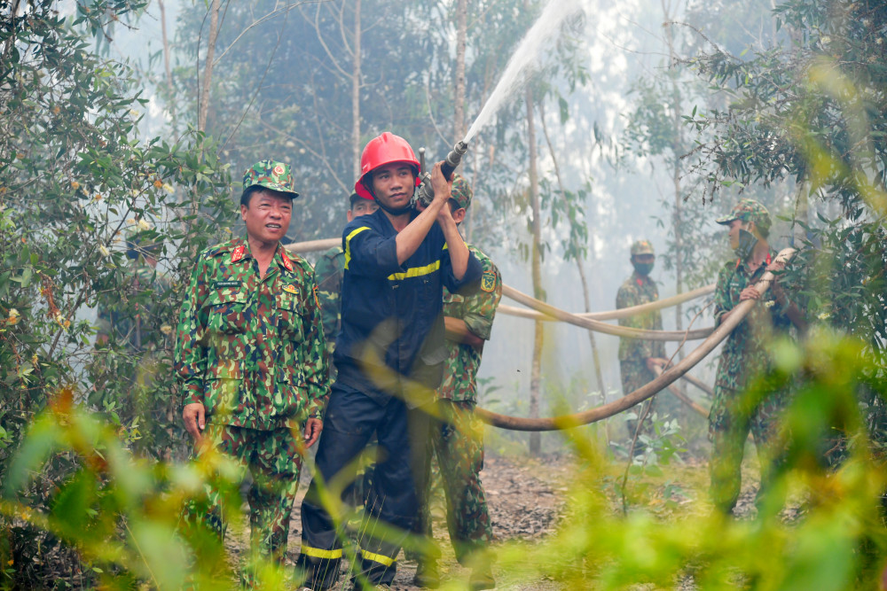 Hàng trăm cán bộ chiến sĩ tham gia chữa cháy cứu rừng suốt 48 giờ qua