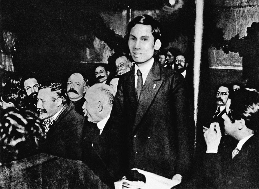 Nguyễn Ái Quốc phát biểu tại Đại hội đại biểu toàn quốc lần thứ 18 Đảng xã hội Pháp. Người và các đồng chí tiên tiến trong Đảng Xã hội tán thành việc tham gia Quốc tế III và sáng lập Đảng cộng sản Pháp