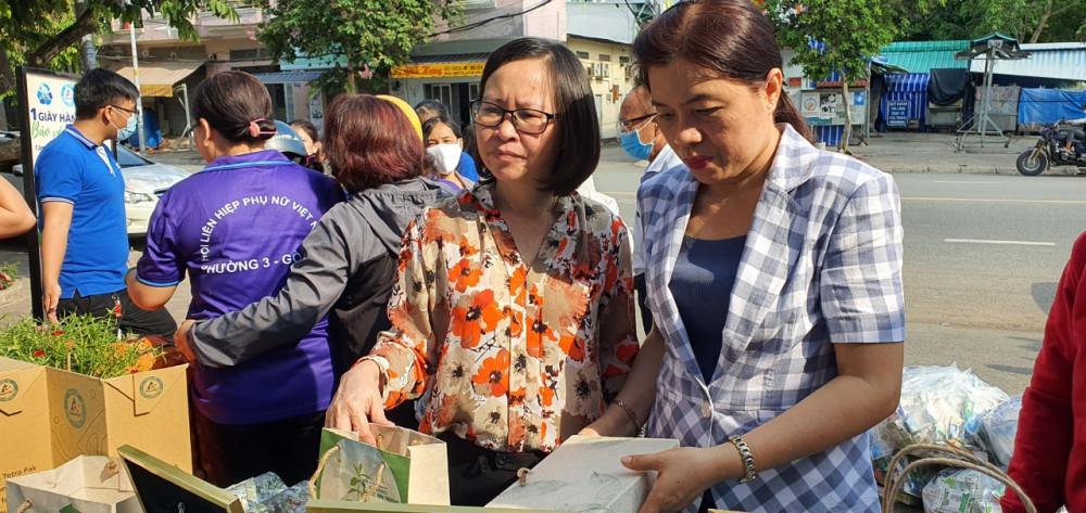 Bà Nguyễn Trần Phượng Trân - Chủ tịch Hội LHPN quận Gò Vấp tham quan gian hàng trưng bày các sản phẩm tái chế từ vỏ hộp sữa giấy