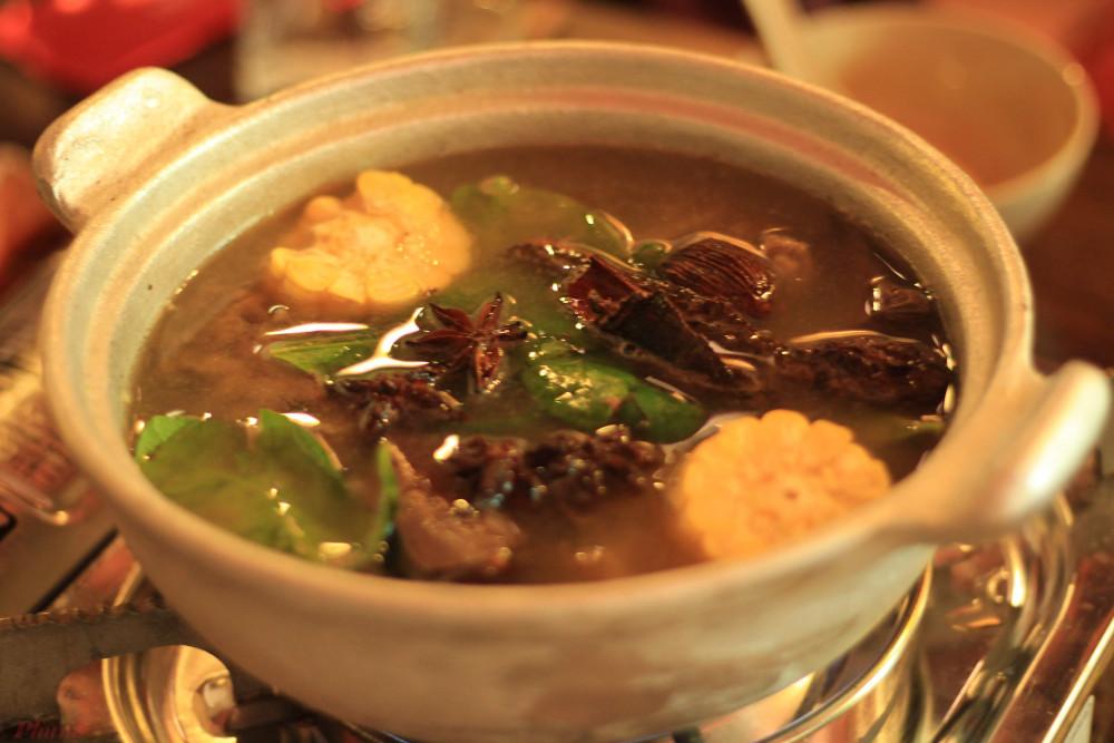 Tọa lạc trên đường Bàn Cờ (Q.3, TP HCM), quán Bếp Vùng Cao là điểm đến yêu thích của thực khách trong khu vực này hay những ai lỡ 'mê' ẩm thực vùng Tây Bắc.
