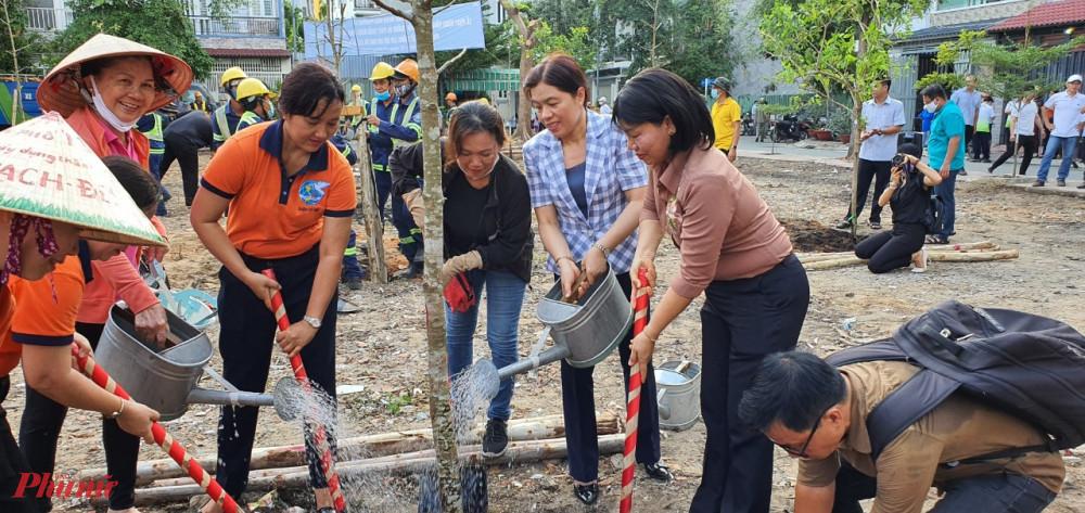 Hội LHPN TPHCM, quận Gò Vấp cùng cán bộ hội viên tham gia trồng cây xanh tại tại công viên khu dân cư Gò Môn, quận Gò Vấp