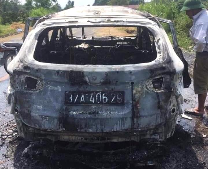 Chiếc xe cháy trơ khung sau vụ hỏa hoạn