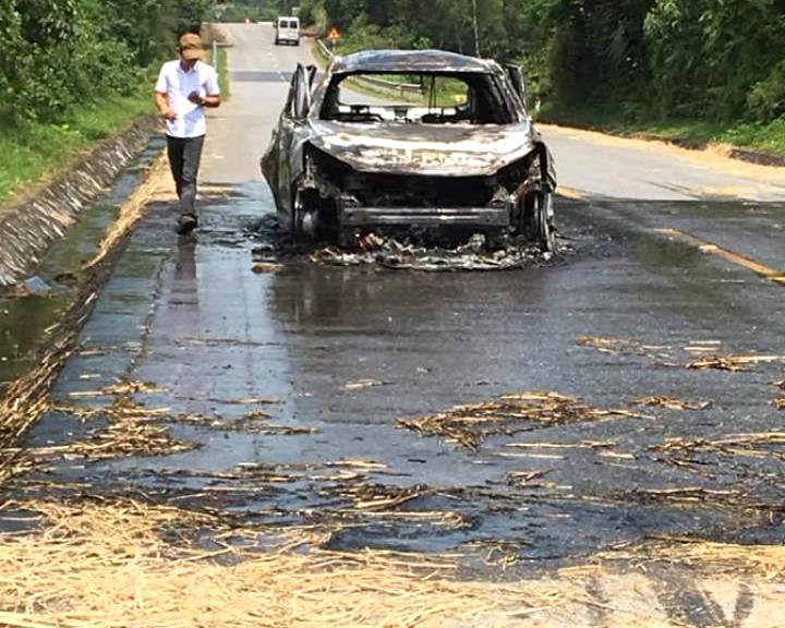 Khu vực chiếc xe gặp nạn có rơm phơi trên đường khiến nhiều người nghi ngờ đây là nguyên nhân gây ra vụ hỏa hoạn