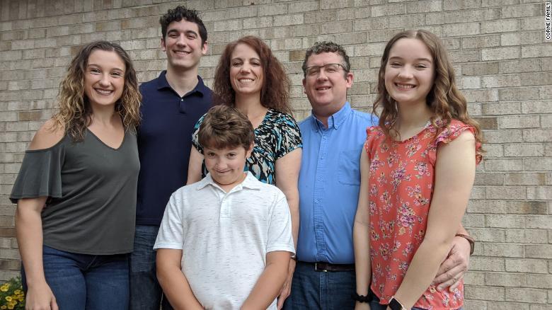 Gia đình Corne từ trái sang phải: Bethany, Lane, Sam, Danielle, Chris và Amelia.
