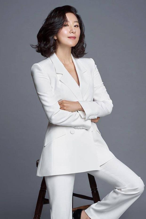 Sau Thế giới hôn nhân, Kim Hee Ae tiếp tục chứng minh tài năng diễn xuất của mình. Nhan sắc đỉnh cao của nữ diễn viên.