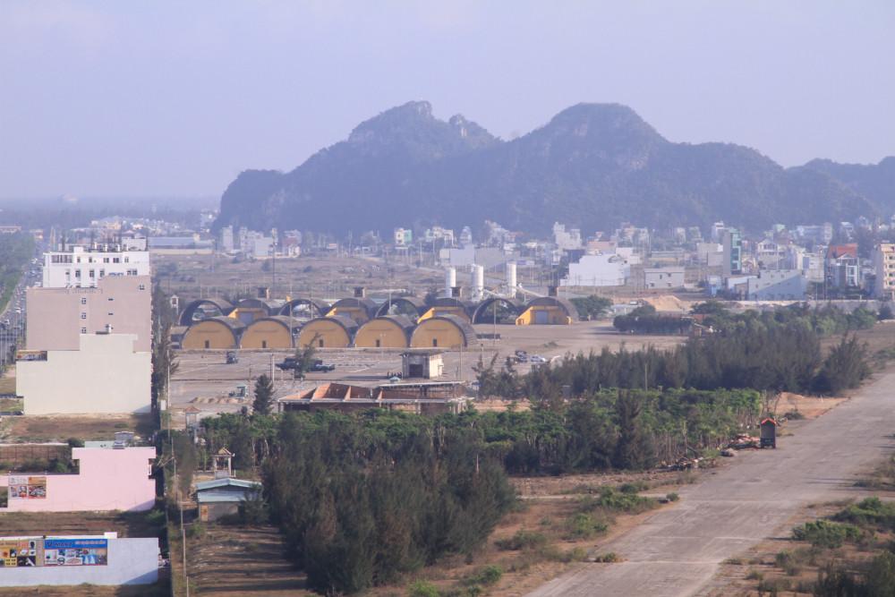 Vệt biệt thự dọc tường rào sân bay quân sự Nước Mặn (Đà Nẵng) là khu vực có nhiều cá nhân, doanh nghiệp Trung Quốc đứng tên.